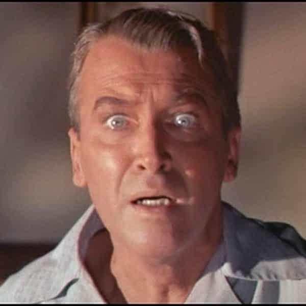 """Bild på skådespelaren James Stewart i Alfred Hitchcock-filmen """"Fönstret åt gården""""."""