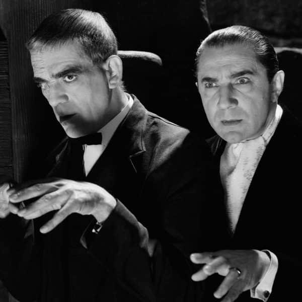 Boris Karloff och Bela Lugosi står bredvid varandra.